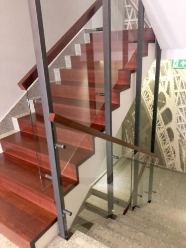 Balustrada wewnętrzna z metalu, szkła i drewna - wykonawstwo i montaż KIM Ogrodzenia Budzyń