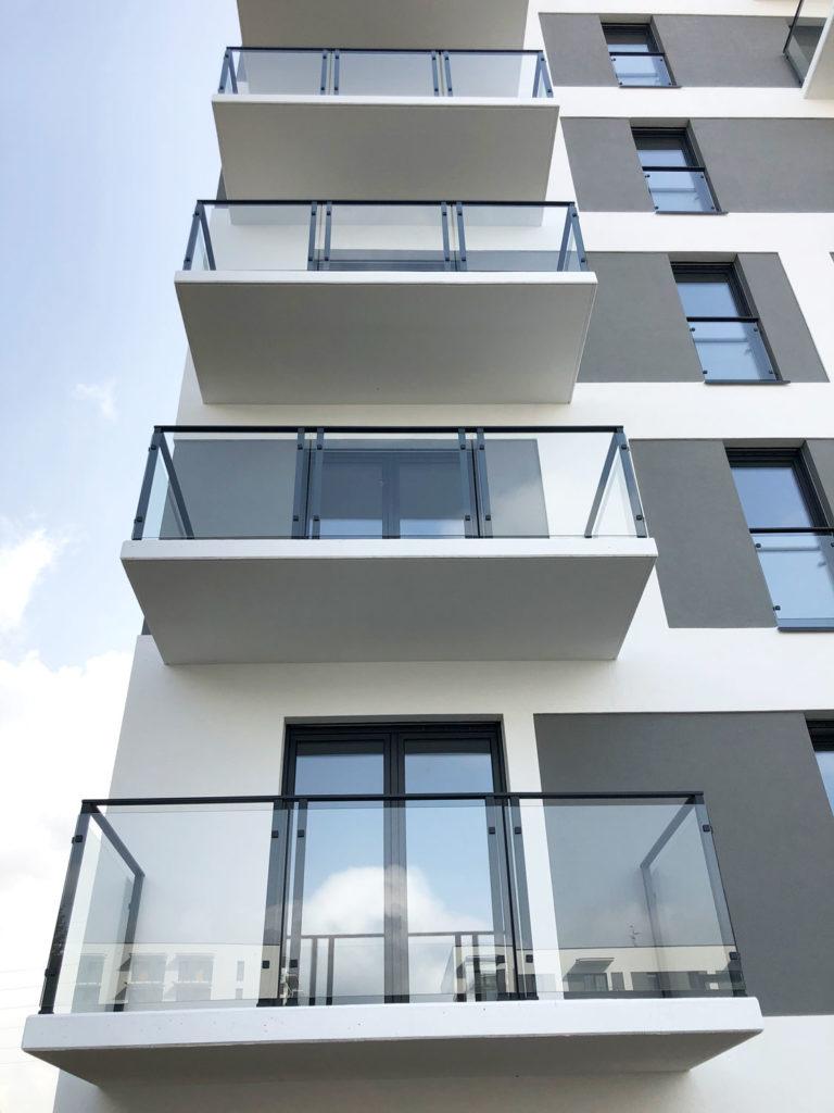 Balustrady balkonowe na budynku wielorodzinnym