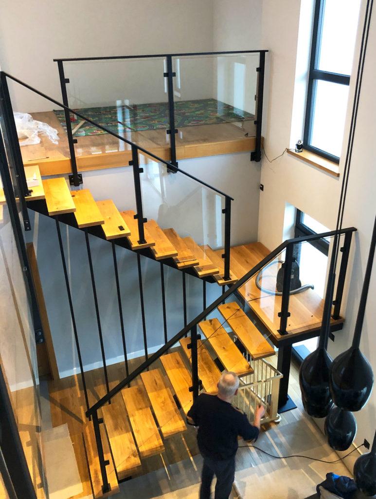 Ciekawe schody o konstrukcji stalowej z drewnianymi stopniami